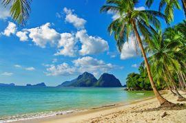 Вид на пляж и горы